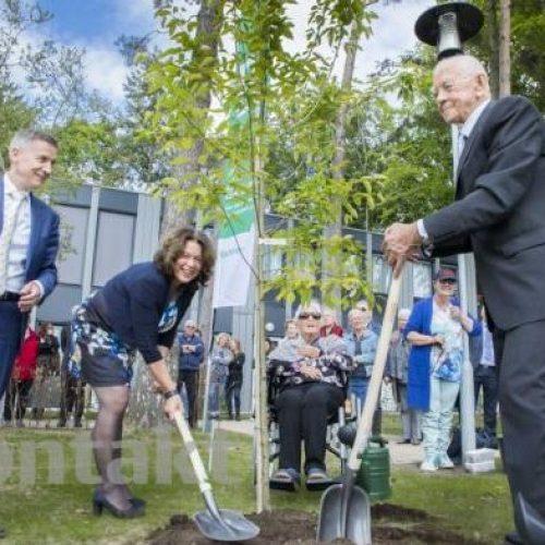 Boom planten tijdens opening Henriette van Heemstra huis