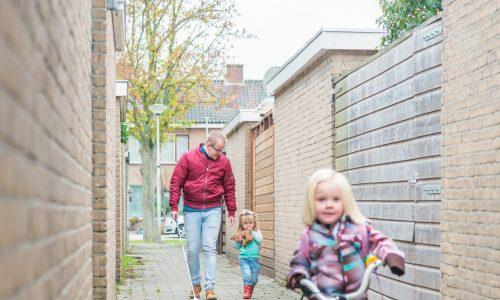 Wolter (slechtziend) met zijn dochters op straat