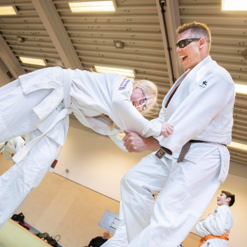 Leerling doet een judo oefening met coach