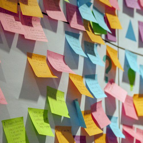 Brainstormen doen we vrijwel altijd met post-its of op een bord. Maar dat is ontoegankelijk voor collega's en studiegenoten met een visuele beperking.