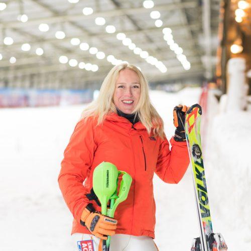 Een powervrouw pur sang. Maaike skiet in volle vaart met haar buddy de berg af. Ook zij heeft Paralympische ambities, op naar Peking in 2022!
