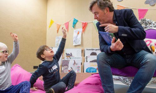 Bert van Leeuwen leest kinderen van de school van Bartiméus voor