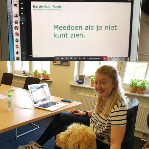 Medewerkerker BF geeft online collega achter laptop