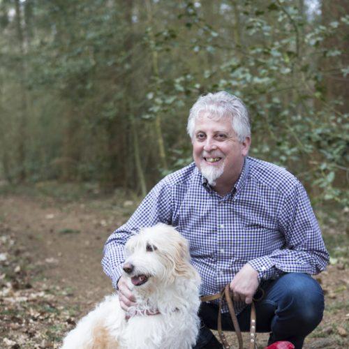 Fred Hissink met zijn hond in het bos