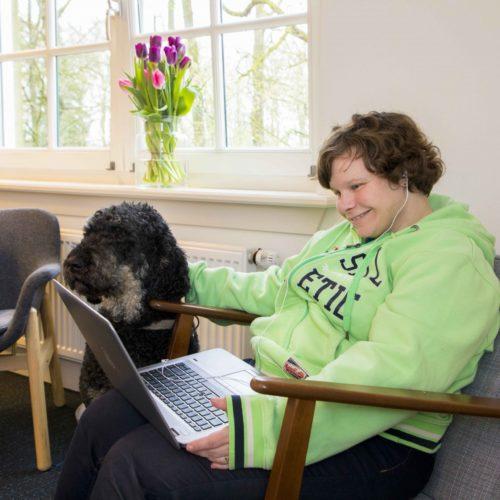 Marjolein van de Broek kijkt met Scribit een You Tube filmpje op een laptop