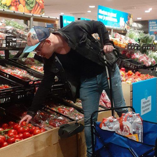 Wolter in de supermarkt met zijn stok en bolderkar