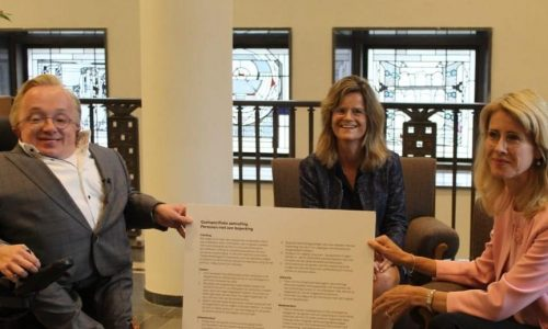Mona Keijzer neemt document in ontvangst van Minister van Gehandicaptenzaken Rick Brink