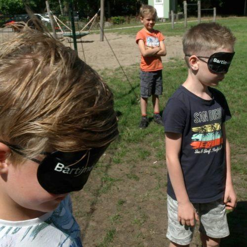 Organiseer een blinde belevingsuitdaging tijdens de kindernevendienst of jeugdclub.