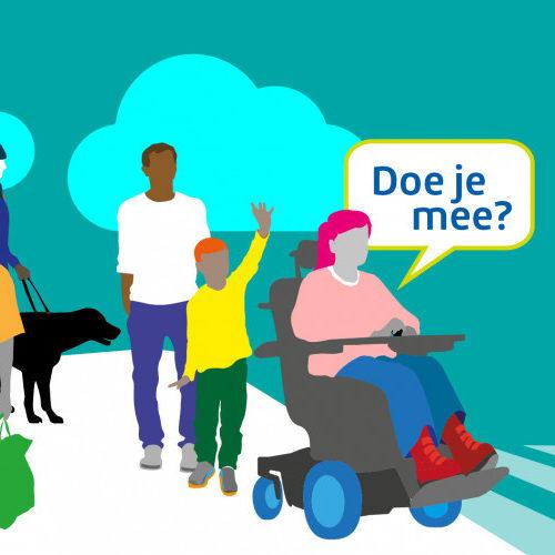 Persoon in rolstoel op straat tussen mensen