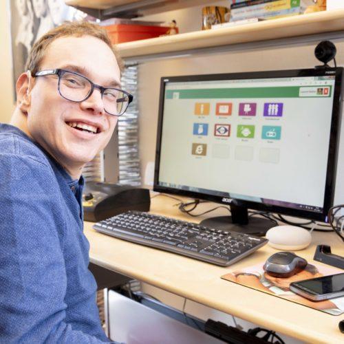 Zelfstandig online contact maken met vrienden en familie, voor mensen met een visuele en verstandelijke beperking.