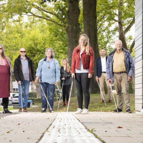 Het vrijhouden van geleidelijnen is voor mensen met een visuele beperking van levensbelang. 'Houd de lijn vrij!' vraagt aandacht voor dit belangrijke onderwerp.