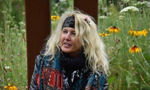 Portret Hinke, met veld met bloemen op de achtergrond