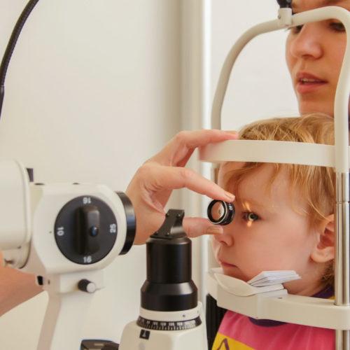 Oogonderzoek bij kindje dat bij moeder op schoot zit