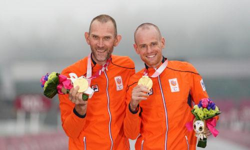 Vincent en Timo tonen hun gouden medaille.